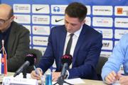 Zľava Peter Ganczner,, Peter Králik a Ladislav Borbély pri podpise nového kontraktu.