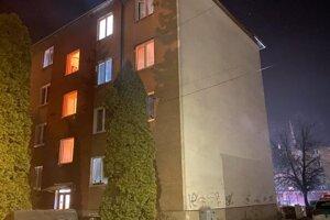 telo mŕtveho muža našli v tejto bytovke. Políciu zalarmovali susedia.