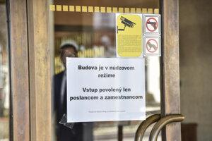Národná rada už týždeň funguje pre koronavírus v núdzovom režime.