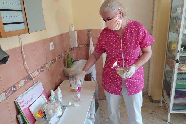 Zdravotníci bojujú s nedostatkom dezinfekcie aj rúšok. Sestričky sa zmenili na krajčírky.