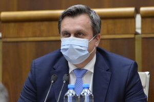 Odchádzajúci predseda parlamentu Andrej Danko (SNS) s ochranným rúškom na tvári.