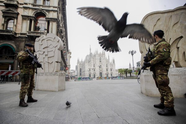 Talianski vojaci na stráži v Miláne.