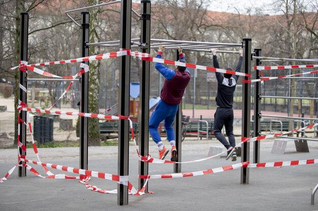 Verejný park v Berlíne by ľudia nemali využívať.