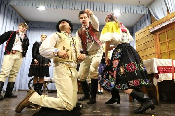 Divadelní ochotníci z Detvianskej Huty.