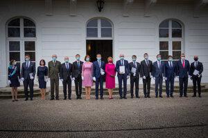 Nová vláda Igora Matoviča pred prezidentským palácom.