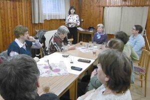 Seniori z Koštian si vypočuli verše v podaní Veroniky Kleinovej.