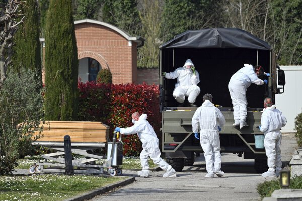 Konvoj armádnych nákladných vozidiel priviezol na kremáciu telá obetí koronavírusu z Bergama na cintorín do severotalianskeho mesta Ferrara .