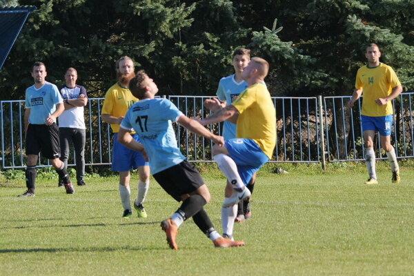 Ak súťaž začne, futbalisti z Bobrovca sú pripravený zabojovať o body. Bobrovec v žltom.