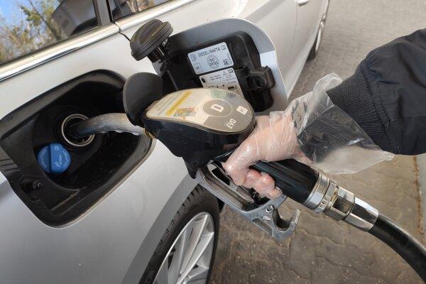 Na čerpacích staniciach používajte rukavice pri tankovaní.