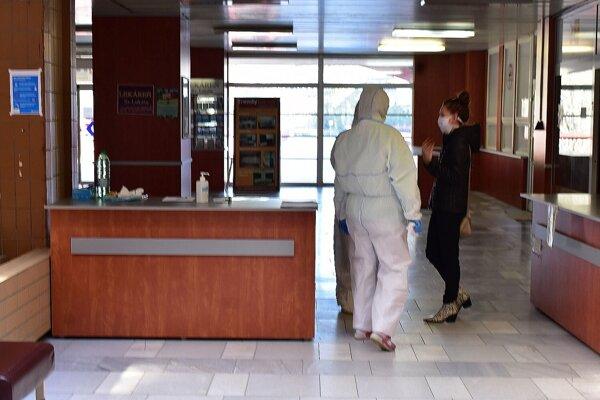 Na jednom zo vstupov do považskobystrickej nemocnice.