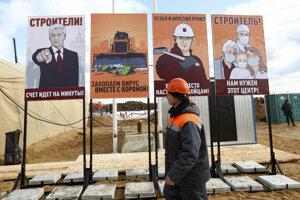 Každá minúta sa počíta, vyzývajú robotníkov na stavbe novej moskovskej nemocnice plagáty v sovietskom štýle.