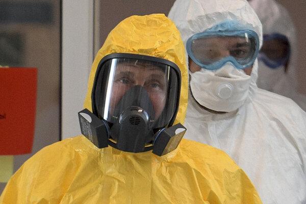 Ruský prezident Putin počas návštevy moskovskej nemocnice pre pacientov nakazených novým koronavírusom.