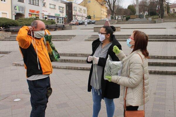 Dobrovoľníci v Holíči rozdávali rúška.