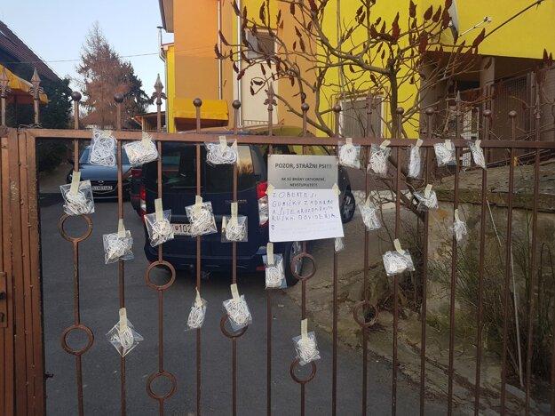 Gumičky v Mokrom Háji určené pre ľudí, ktorí šijú rúška zadarmo.