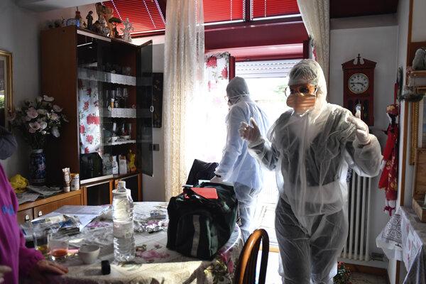 Záchranári v byte v talianskom meste Bergamo.