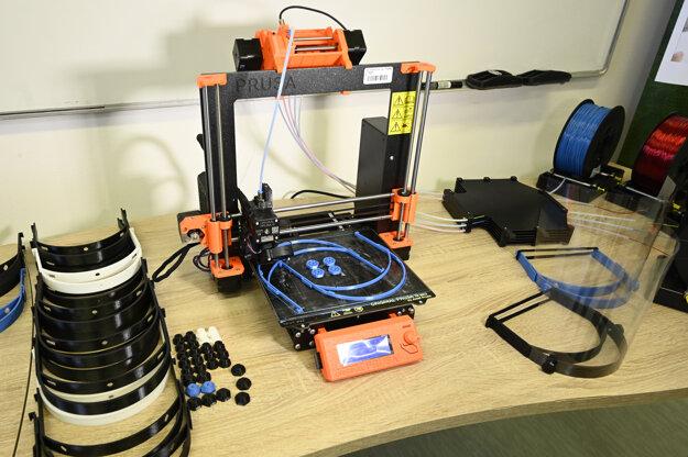3D tlačiareň tlačí rám na ochranný štít.