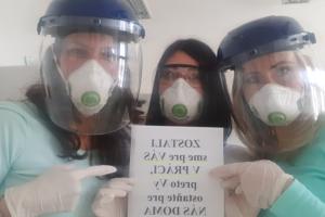 Plne vybavený tím doktorky Diany Ganajovej (na fotografii vpravo) z Košíc. Bežne robia v respirátoroch a rukaviciach. K dispozícii majú aj štíty.