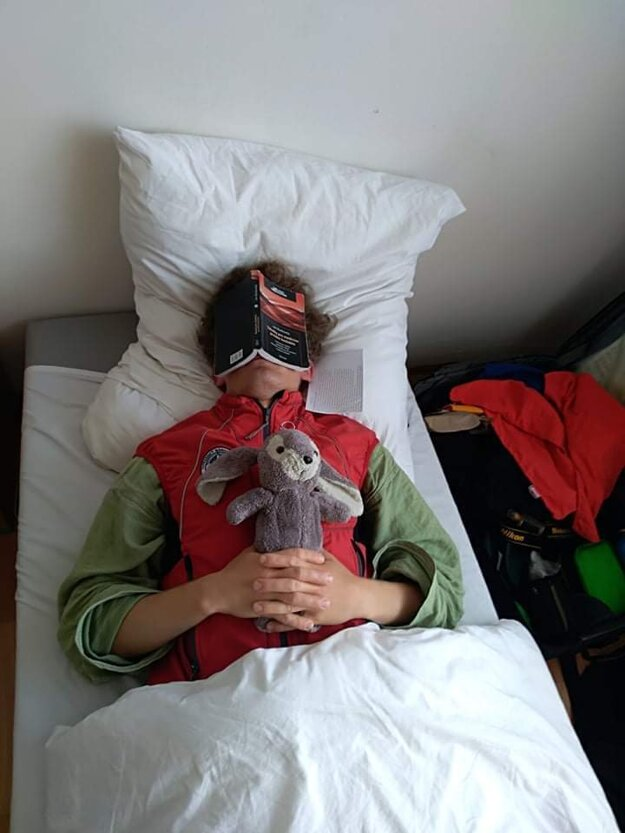 Sladký spánok s tabulkami na ksichte