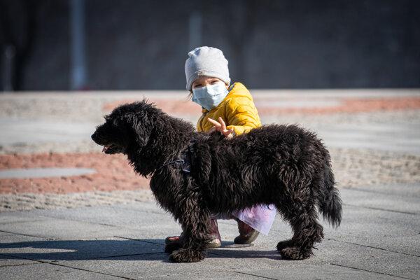 Dieťa s ochranným rúškom v Bratislave 20. 3. 2020.