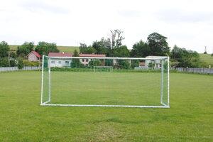 Futbalové ihriská ostanú minimálne do leta prázdne.