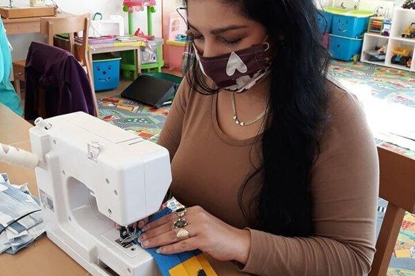 Rúška šijú aj šikovné ženy z Nízkoprahovej sociálnej služby pre deti a rodinu.