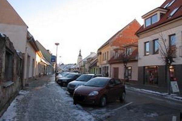 Situáciu s parkovaním v centre Trnavy majú vyriešiť parkovacie domy mimo neho.