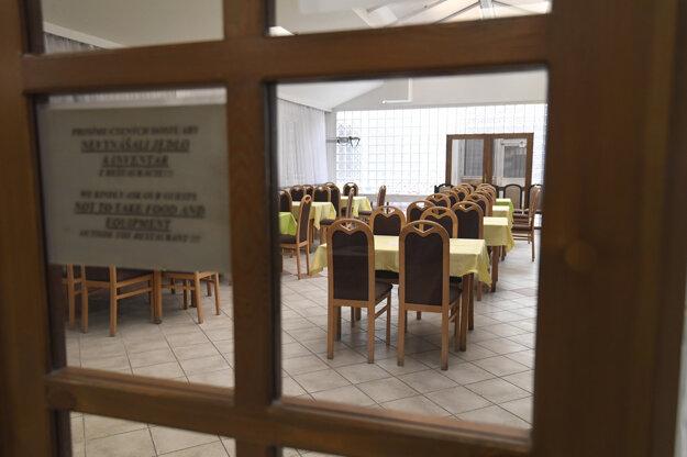 K dispozícii majú 66 izieb pre 155 osôb, v prípade potreby stravovania oživia do 24 hodín činnosť školskej jedálne a budú plne k dispozícii potrebám krízového štábu VÚ.