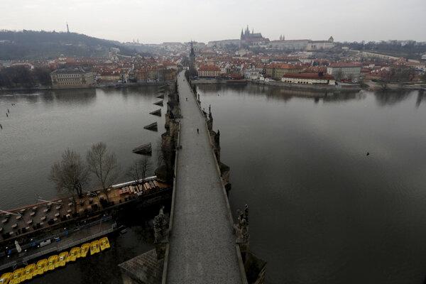 Takmer prázdny Karlov most v Prahe.