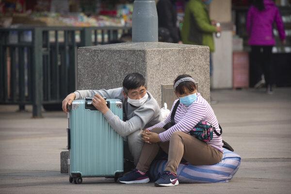Čínske štátne médiá v súvislosti s množiacimi sa prípadmi zavlečenia infekcií zo zahraničia varujú pred druhou vlnou nákazy.