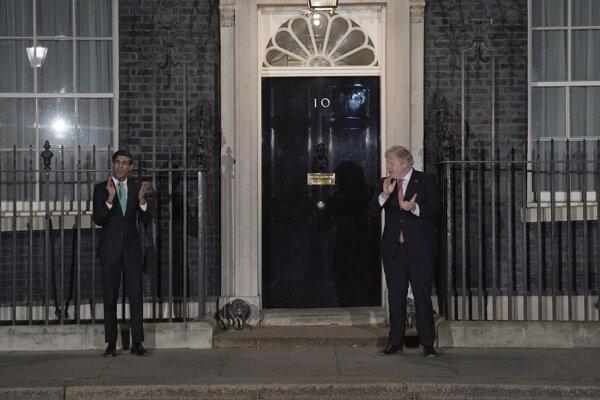 Politici udržiavali bezpečnostnú vzdialenosť.