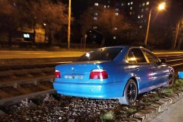 Havarované BMW museli vyslobodiť hasiči.