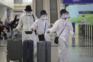 Pasažieri na letisku v Hongkokngu.