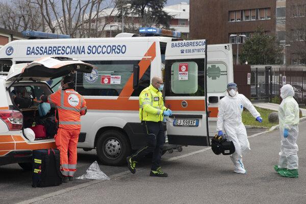 Záchranári pred nemocnicou v taliianskej Brescii