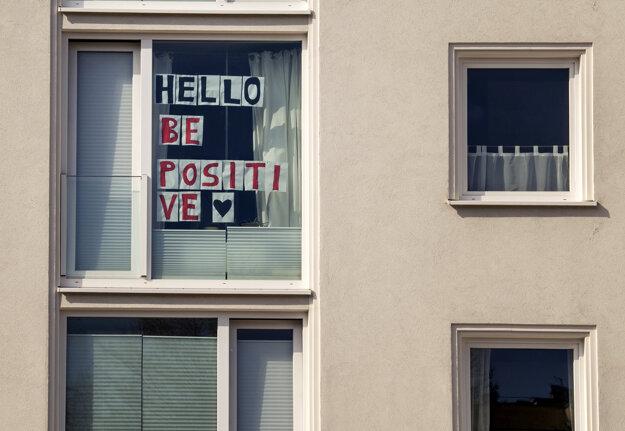 Na okne prenajatého domu je nalepený nápis