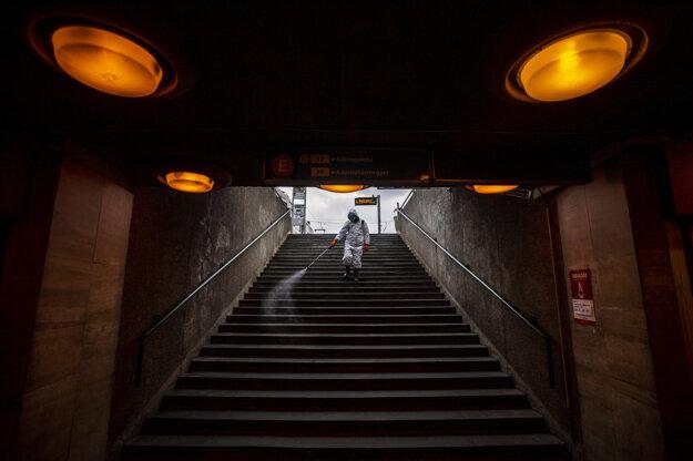 Mestský pracovník v Budapešti dezinfikuje vstup do stanice metra.