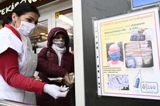 Rúškomat na sídlisku Necpaly pri mäsiarstve vznikol z iniciatívy miestneho podnikateľa a dobrovoľníčok, okrem ochranných pomôcok i dezinfekciu.