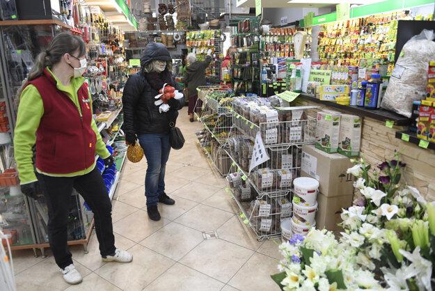 Nakupujúci v predajni pre záhradkárov v Košiciach.