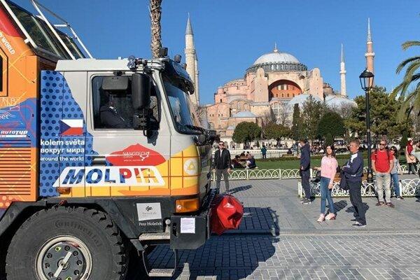 Tatra okolo sveta 2 pred chrámom Hagia Sofia v Istanbule.