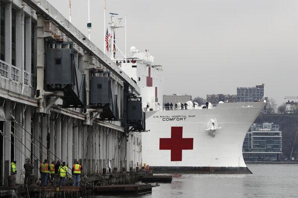 Loď USNS Comfort má kapacitu približne 1000 lôžok.