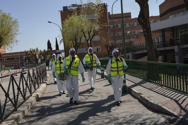 Vojaci španielskej kráľovskej gardy dezinfikujú nemocnicu v Madride.