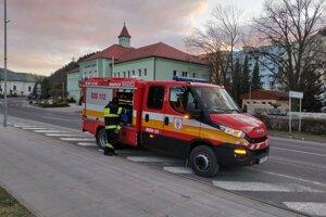 Dobrovoľní hasiči dezinfikujú mesto každý druhý deň.