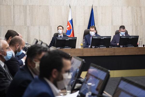 Sprava minister vnútra Roman Mikulec, predseda vlády Igor Matovič a minister financií Eduard Heger (všetci OĽaNO) počas rokovania vlády v Bratislave 31. marca 2020.