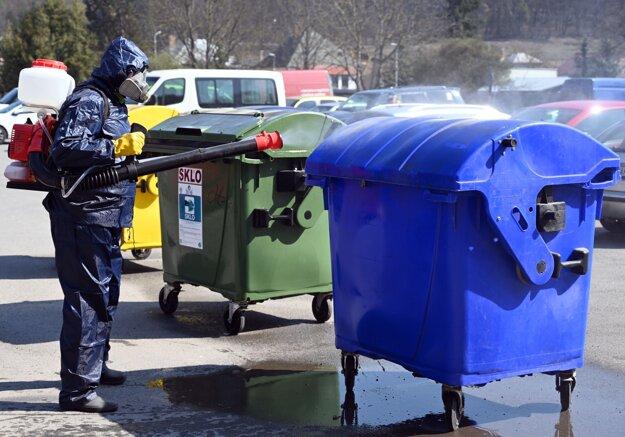 Dezinfekcia kontajnerov chlórovým roztokom vo Vranove nad Topľou.