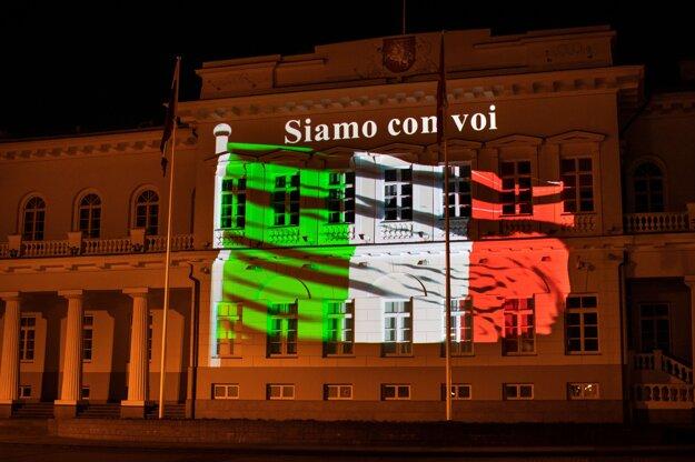 Podporu Taliansku vyjadrujú aj v Litve. Na snímke je Prezidentský palác v hlavnom meste Vilnius vysvietený národnou vlajkou Talianska a nápisom