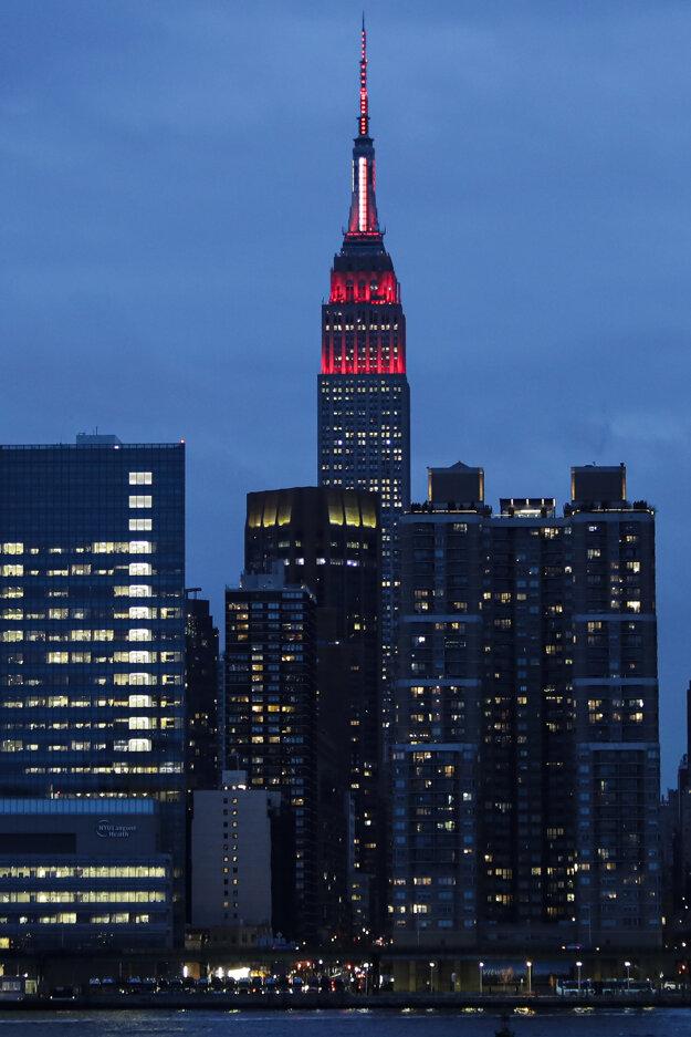 Vysvietená budova Empire State Building.