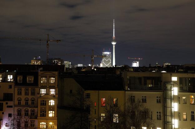 V pozadí tvar srdca svieti na budove hotela Park Inn v Berlíne súvislosti s pandémiou koronavírusu.