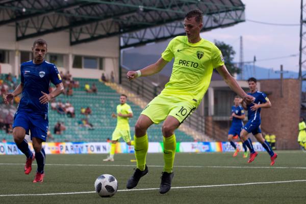 Filip Balaj (s desiatkou vpredu) zažil so Žilinou tri výhry proti Nitre (skóre 9:1) a remízu 0:0. Svojmu rodnému klubu gól nedal.