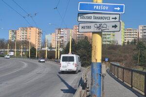 Ide o frekventovanú odbočku z Hlinkovej v smere na Prešovskú cestu. A z nej na Sídlisko Ťahanovce a smer Prešov.