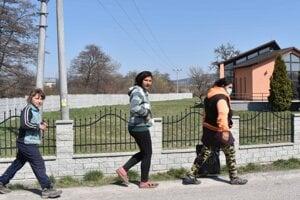 Prechádzka po obci, rúško má len jedna žena.
