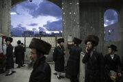 Ultraortodoxní židia prichádzajú na oslavu sviatku Tu bi-švat alebo Nový rok stromov v izraelskom meste Bnej Brak pri Tel Avive 10. februára 2020.